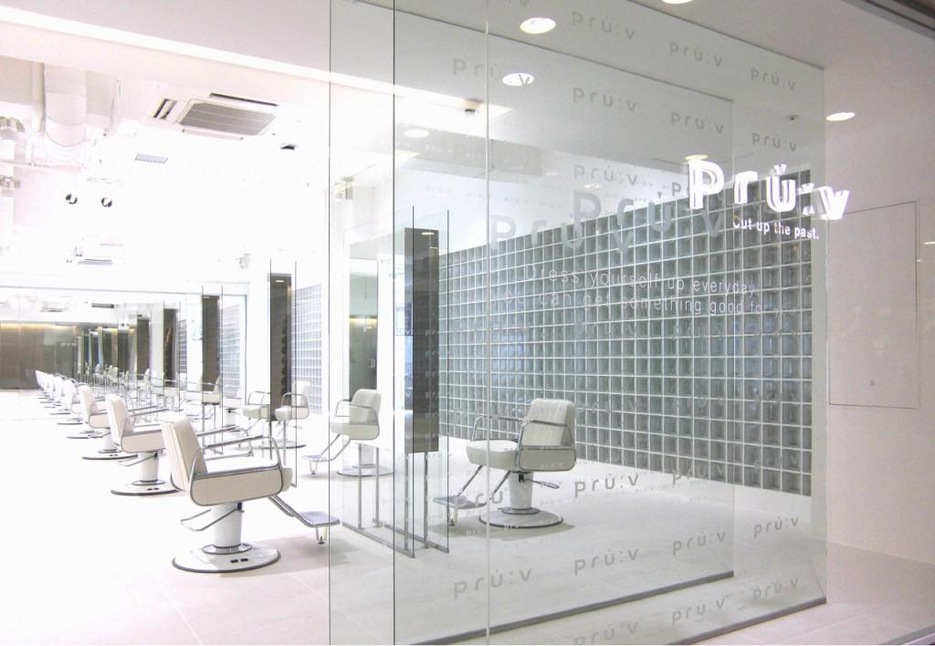 店内は開放感溢れる「上質な白」のハイセンスなデザイン。