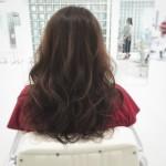 ロングのウェーブヘアをアッシュベージュで柔らかい質感に✨